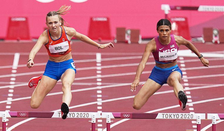 Femke Bol en Sydney McLaughlin komen bijna gelijktijdig over de horden in de finale van de 400 meter. Beeld EPA