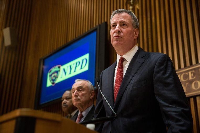 Bill de Blasio (rechts) tijdens een persconferentie over de moord op twee agenten in New York. Beeld afp