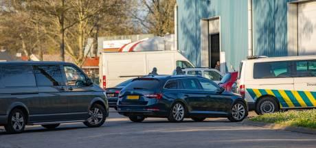 Arrestatieteam en douane vallen binnen bij loods in Deventer