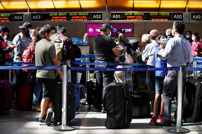 Des voyageurs font la queue pour s'enregistrer au terminal international Tom Bradley de l'aéroport international de Los Angeles, en Californie (États-Unis), le 4 août 2021. Les États-Unis maintiennent les restrictions actuelles sur les voyages en raison des inquiétudes suscitées par le variant Delta et du nombre croissant de cas de coronavirus.