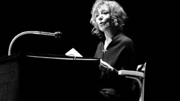 Fritzi leest in maart 1985 voor tijdens de Nacht van de Poëzie in Muziekcentrum Vredenburg in Utrecht. (FOTO WIM OSKAM, HH) Beeld
