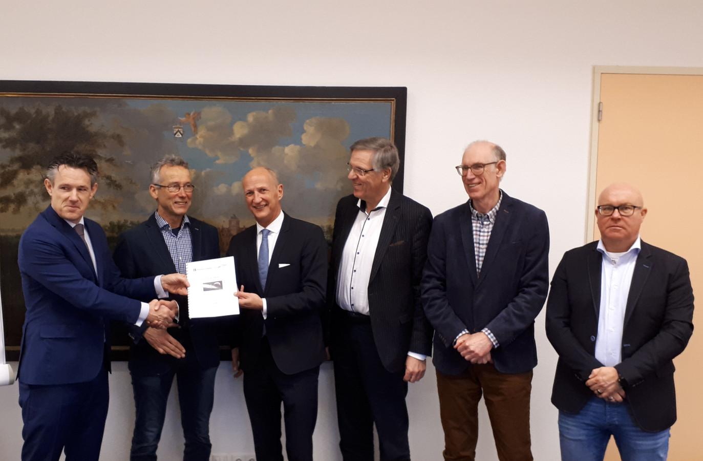 De voorzitters van OBD en Stadsraad Domburg Frans Provoost en Simon de Visser (vlnr) overhandigen hun voorstel voor een autoluw centrum Domburg aan burgemeester Rob van der Zwaag en de wethouders Arie Schot, Bert van Halderen en Marcel Steketee.