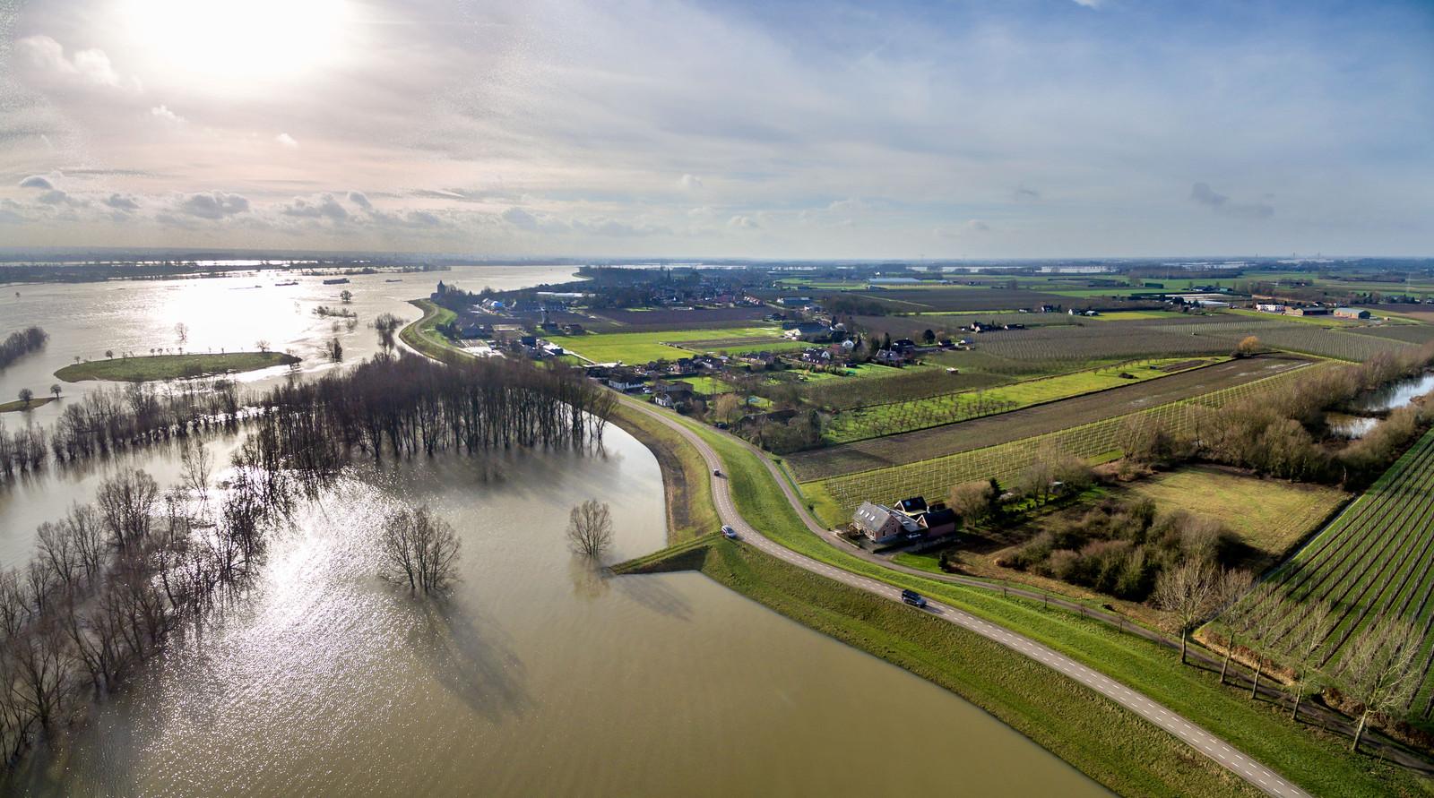 Luchtfoto van de Waalbandijk Varik, waar de nevengeul moet komen.