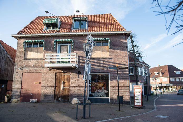 Het pand waar café Maddog zat in het centrum van Denekamp. Een van de plekken waar  mogelijk appartementen komen voor starters.