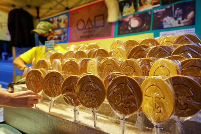 """Un vendeur de rue vend des biscuits Dalgona tirés de la série coréenne Netflix """"Squid Game"""" dans un magasin à Séoul, en Corée du Sud"""