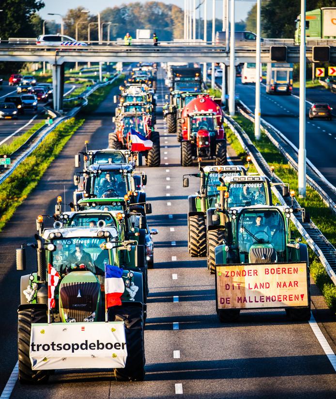 Boerenstaking boeren rijden naar Den Haag over A29 veroorzaakt files.