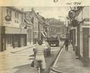 De latere discotheek E8 aan de Grotestraat in Goor, links nog als bar. De horecazaak werd  vernoemd naar de rijksweg door het centrum.