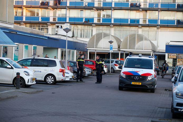 De politie doet onderzoek bij winkelboulevard Noord in Zwijndrecht, nadat daar zondag een 23-jarige man is neergeschoten.
