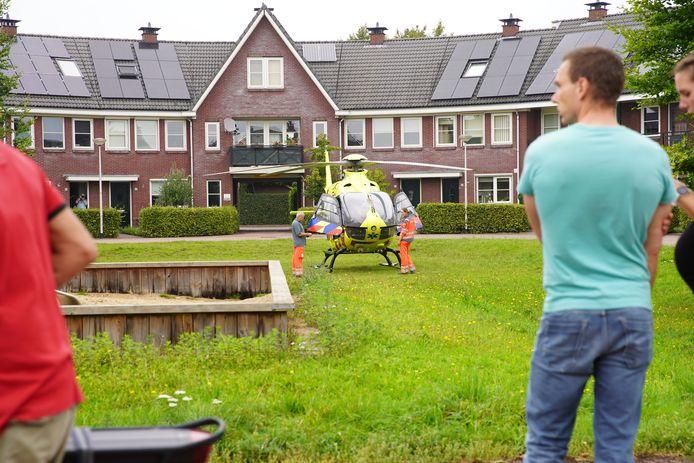 De traumahelikopter landde midden in de woonwijk wat voor veel bekijks zorgde.
