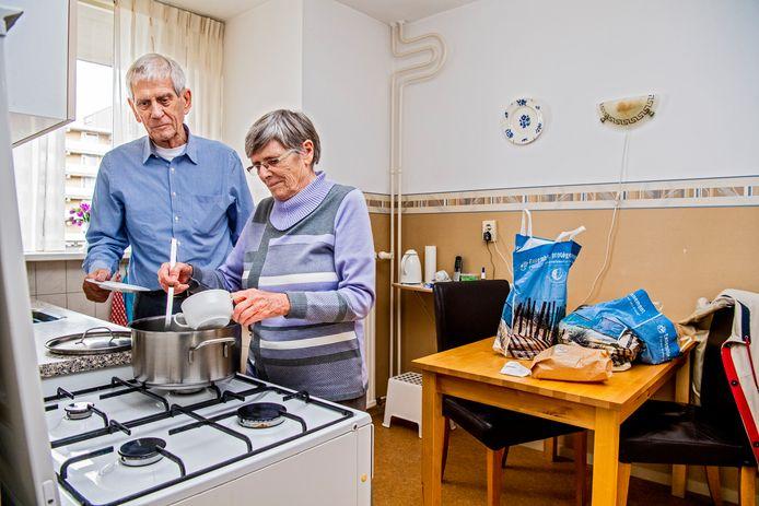 Het echtpaar Vermeulen, nu nog soep kokend op het gasfornuis.