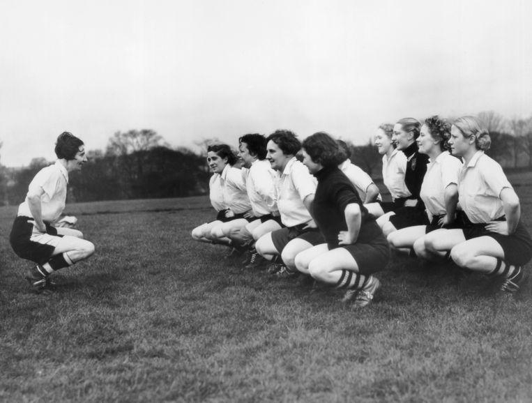 Miss Parr gaat de Preston Ladies voor in een reeks rek- en strekoefeningen, 1939. Beeld Getty Images