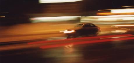 Vrouw belandt uit rijdende auto op het asfalt: einde van 'temperamentvolle relatie'