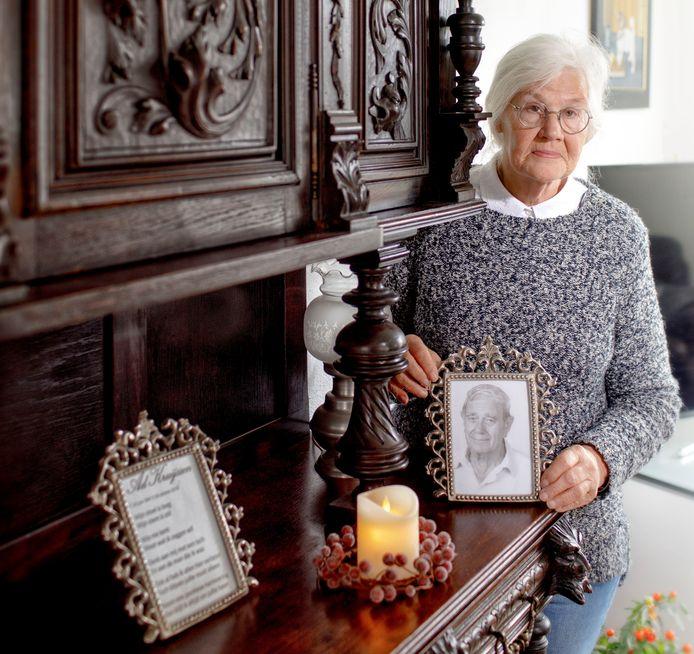 Zus Kruijssen met een foto van haar omgekomen man Ad.