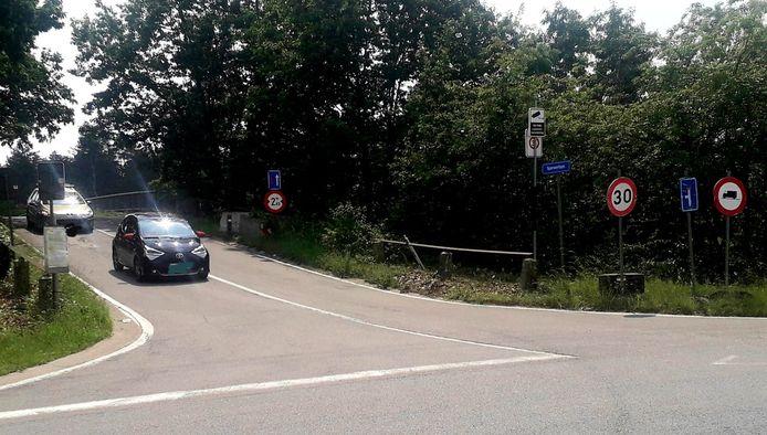 De aansluiting van de Industrieweg met de Sperwerlaan zal afgesloten worden voor zwaar verkeer door middel van een slagboom