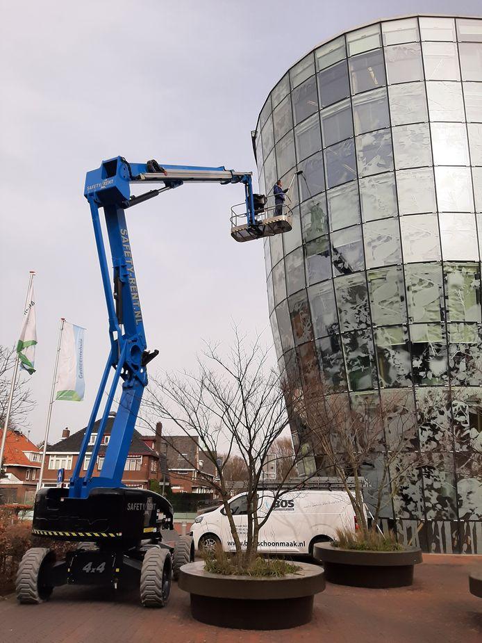 Albert Bos is de ramen aan het lappen van het Alphense stadhuis, in de volksmond 'de glasbak'.