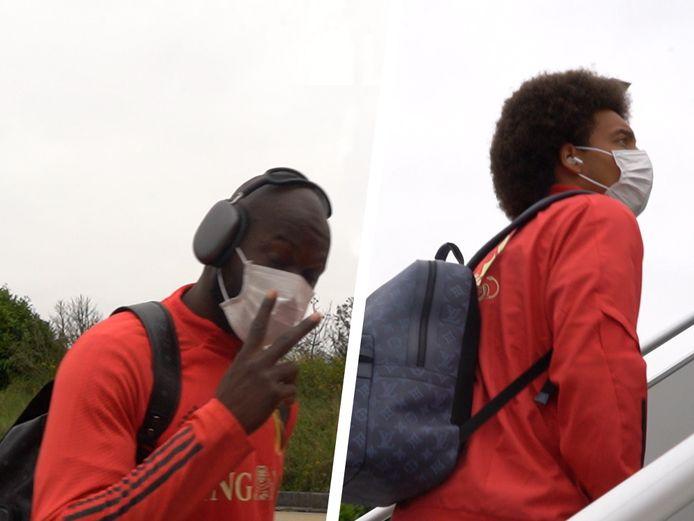 Lukaku en Witsel stappen het vliegtuig op.