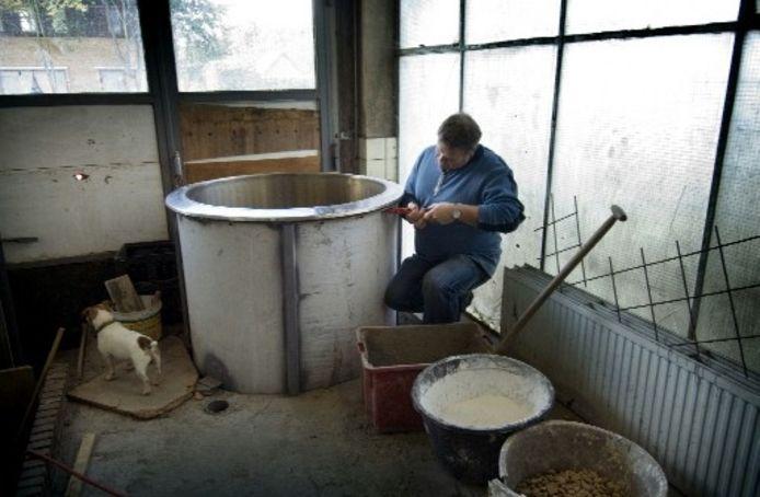Brouwer Jan van Wilgenburg in zijn toekomstige brouwerijruimte. Het overgrote deel van het werk doet de Ermeloër zelf. Foto RUBEN SCHIPPER