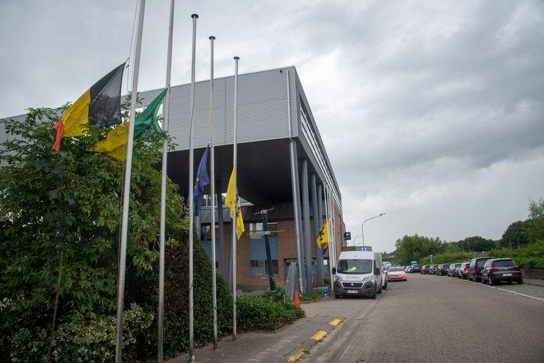 Aan de brandweer en politiekazernes op de Zuiderdijk in Wetteren hangen de vlaggen halfstok.