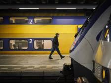 NS gaat reizigers op traject langs Schiphol wijzen op snellere trein naar bestemming