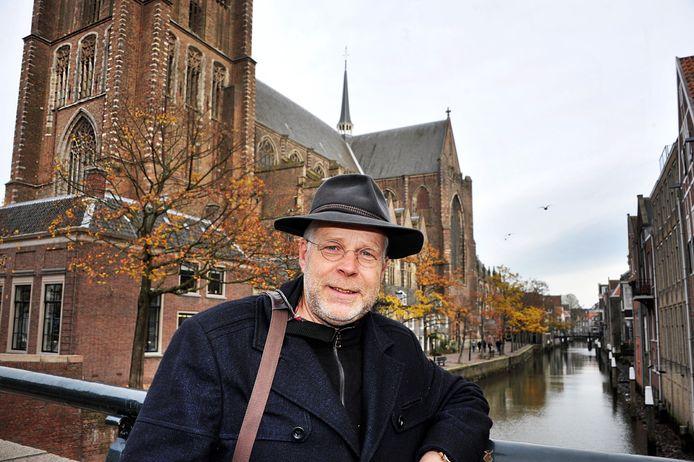 Boudewijn Zwart bij de Grote Kerk in Dordrecht. ,,Ik denk dat Dordrecht met de nieuwe klokjes zijn naam als klokkenstad weer opnieuw op de kaart zet.''