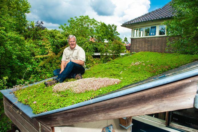 Evert Hasselaar heeft het dak van zijn schuur helemaal groen laten begroeien.