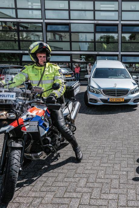 Emotionele dag voor motoragenten: zoon en kleinzoon begeleiden agent Teun op laatste rit