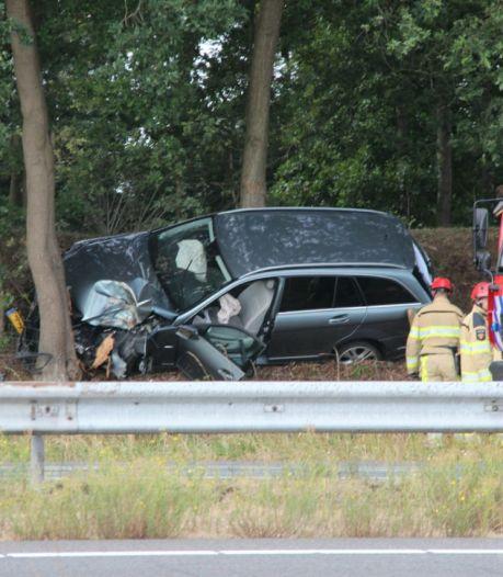 Auto raakt van de weg op A1 bij Bathmen, vrouw en kinderen gewond