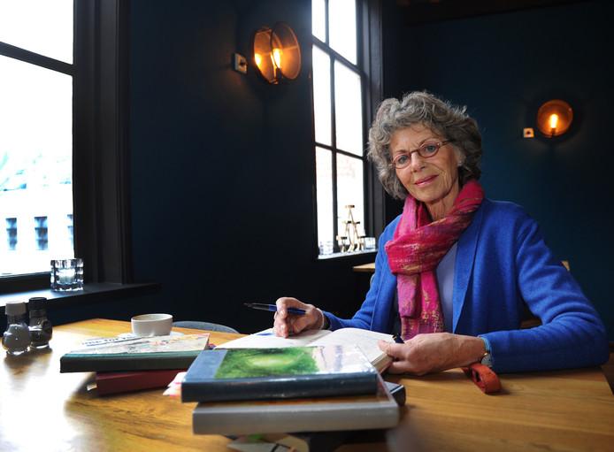 Tanja Harpe, oprichtster van het Schrijfcafé, in Desafinado, waar het honderdste schrijfcafé plaatsvindt.