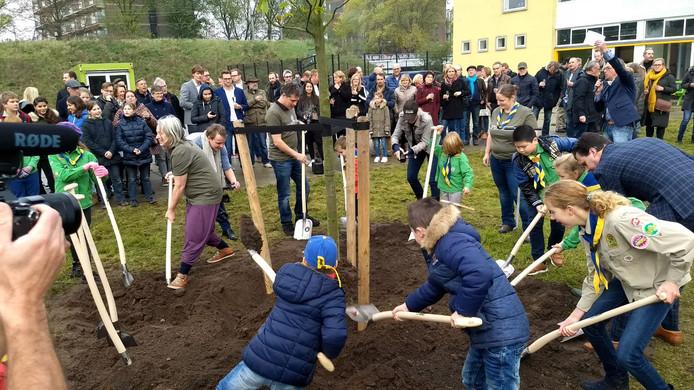 De eerste spade van het Spoorpark de grond in.