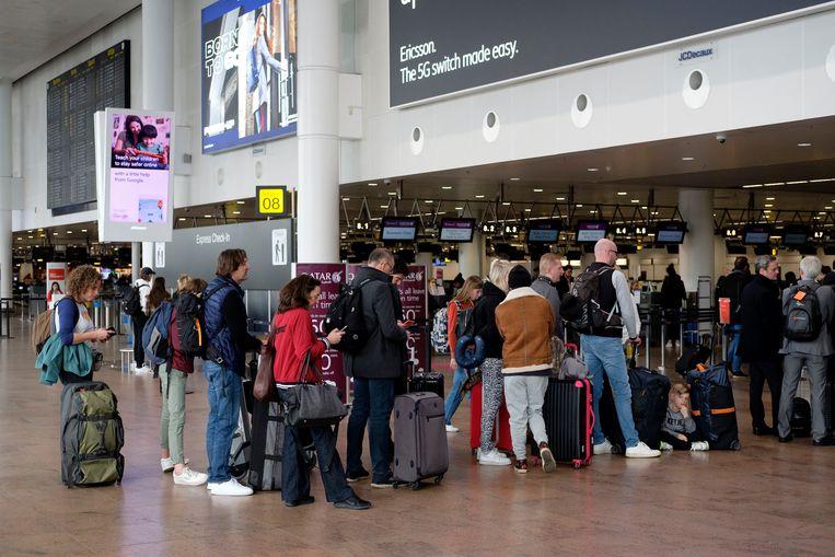 Politieagenten op de luchthaven van Zaventem werken strikt volgens het boekje, waardoor reizigers mogelijk langer moeten aanschuiven bij de paspoortcontrole.