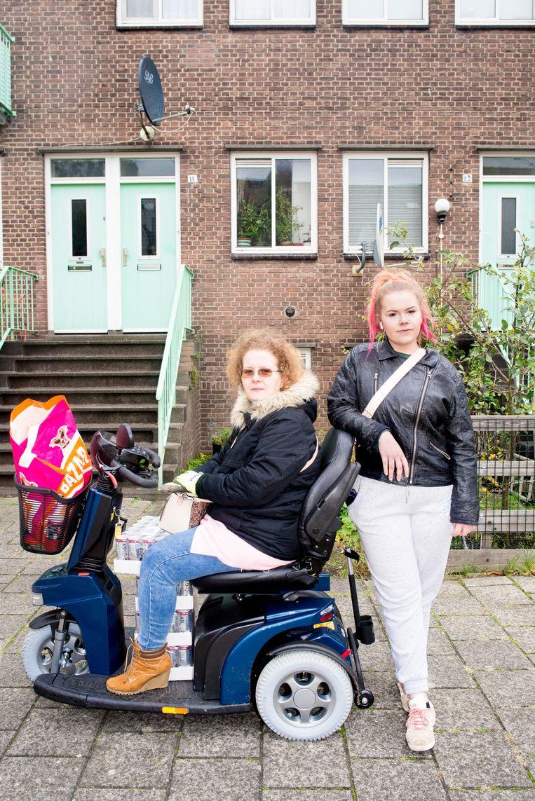 Jessica vanDruten en haar dochter Anouk Jong, net terug van de Lidl, voor hun huis. Beeld Marjolein van Damme