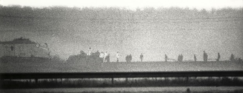 Direct na de militaire actie snellen mensen van het Rode Kruis met brancards naar de trein bij De Punt, 11 juni 1977.
