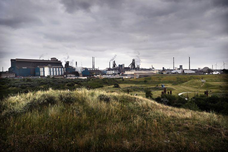 Tata Steel gezien vanuit Wijk aan Zee.  Beeld Marcel van den Bergh / de Volkskrant