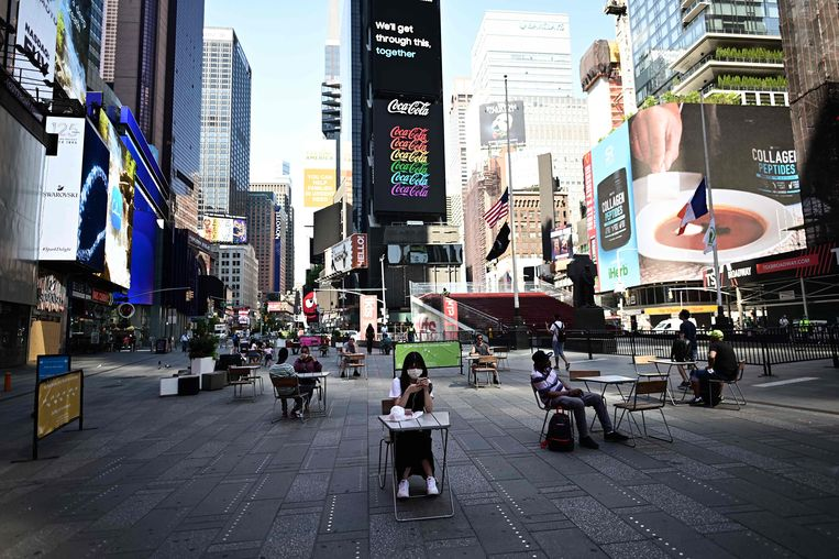 Social distancing op Times Square in New York. Beeld AFP