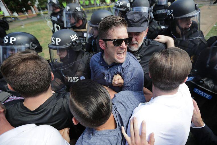 Richard Spencer (met zonnebril) wordt door de politie tegengehouden tijdens de demonstratie in Charlottesville Beeld afp