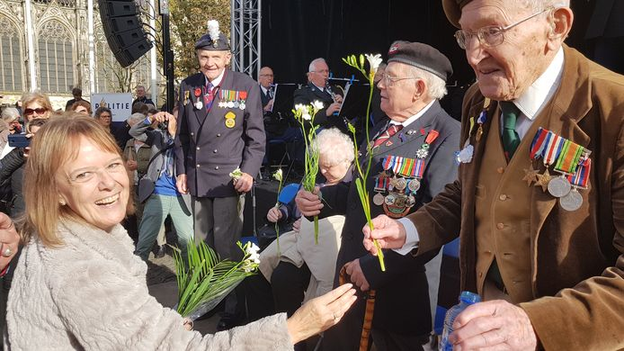 Margot Woollon gaf uit dankbaarheid fresia's aan de bevrijders uit Wales.