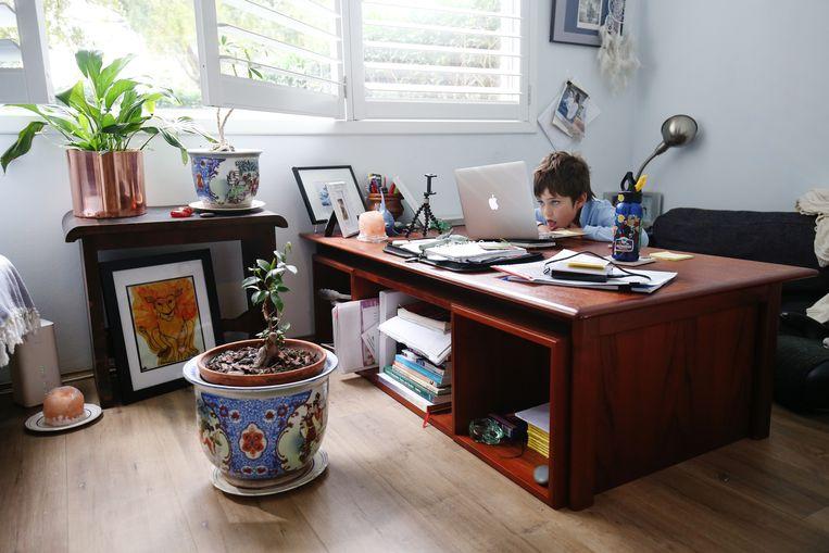 Een jongens doet aan thuisonderwijs.  Beeld Getty Images