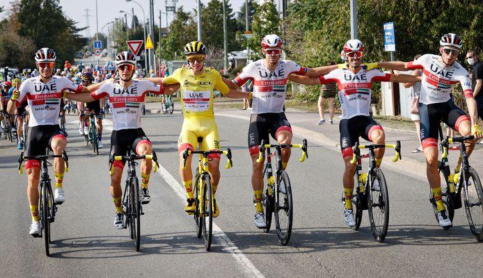 Eindwinnaar Pogacar (in het geel) tussen zijn ploeggenoten van UAE Team Emirates