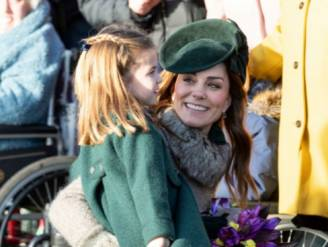 """'Doodnormale mama' Kate Middleton duikt op in een pub: """"Mag Charlotte hier naar het toilet?"""""""
