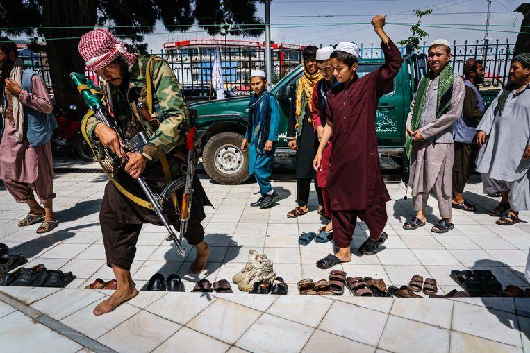 Een Talibanstrijder arriveert voor het vrijdaggebed bij een moskee in Kabul.  Beeld Los Angeles Times via Getty Imag