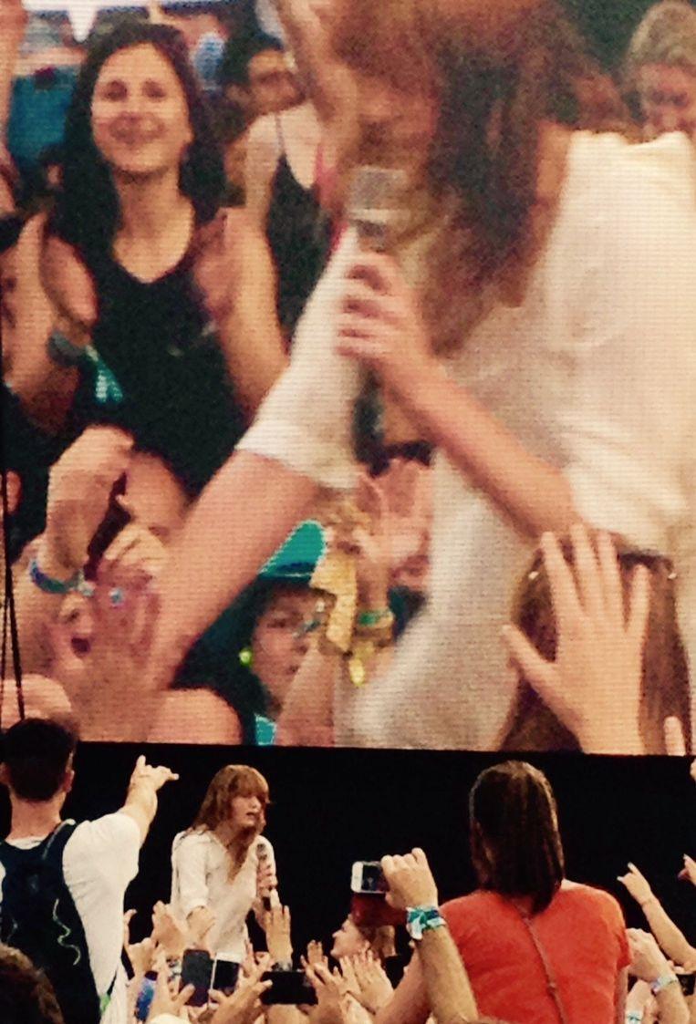 Florence duikt in het publiek tijdens haar set aan het hoofdpodium. Beeld Bart Steenhaut