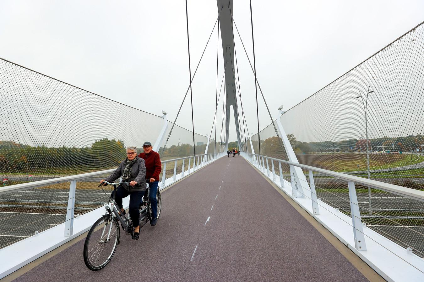 Piet en Tilly van Schijndel op de tandem.