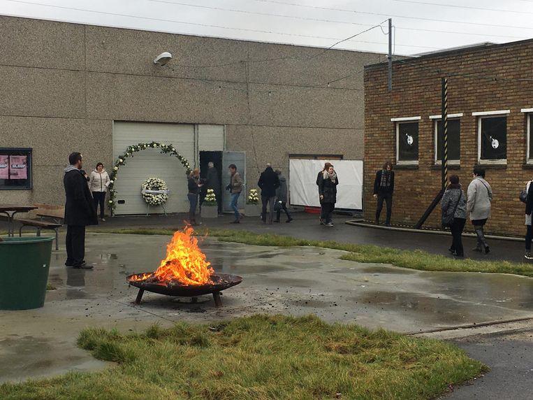 Aan de ingang verwelkomden een vuurkorf en een bloemenboog de mensen.