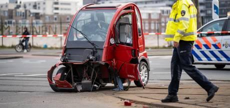 Bestuurder brommobiel gewond na botsing met politieauto