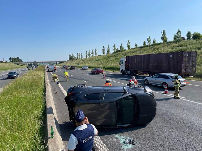 Een Toyota Yaris belandde bij een ongeval op de E403 in Lichtervelde op de zijkant.