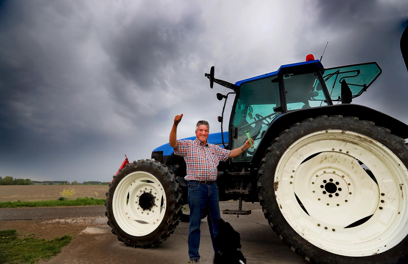 Spruitenboer Gert Klapwijk in Rockanje juicht: het regent! Wat een verschil met gistermorgen. Toen zorgde hij bij het poten van de spruitenplantjes voor stofwolken.