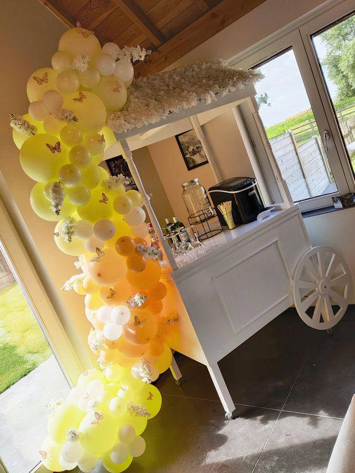 De snoepkar van The Perfect Party, mooi versierd met vlinders en ballonnen.