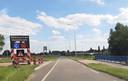 De Maasbrug bij Grave is niet veilig genoeg. Zware vrachtwagens, bussen en landbouwverkeer moeten voorlopig omrijden.