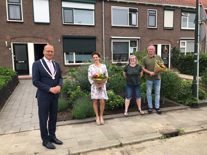 Burgemeester Theo Segers bracht bloemen aan Linda en Gert-Jan voor het reanimeren van buurvrouw Bianca.