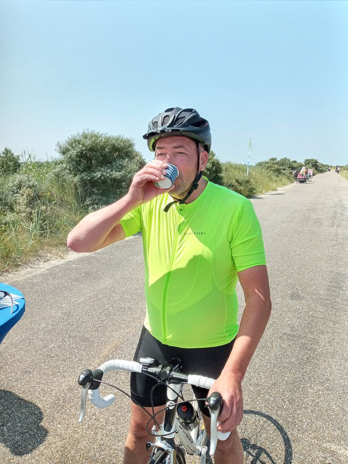 Pieter Louwerse geniet van een bekertje appelsap.